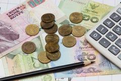 Taschenrechner, Bleistift, Münzen und Banknoten Dow Jones-Index stockfoto