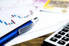 Taschenrechner, Bleistift und Geld auf graffica Dow Jones lizenzfreie stockbilder