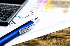 Taschenrechner, Bleistift und Geld auf graffica Dow Jones stockfotografie