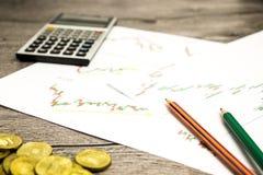 Taschenrechner, Bleistifte und Münzen auf graffica, das Dow Jones auf Devisen vermarkten Lizenzfreie Stockbilder