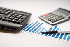 Taschenrechner, Diagramme, Stift, Arbeitsplatzgeschäft Stockfoto