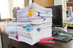 Taschenrechner-, Heftklammer- und Geschäftsunterlagenstapel Lizenzfreies Stockbild