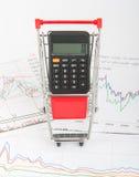 Taschenrechner im Warenkorb Lizenzfreie Stockfotografie