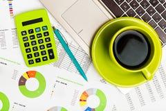 Taschenrechner, Laptop und Tasse Kaffee Stockfoto