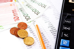 Taschenrechner, Münzen und hundert Eurorechnung Lizenzfreie Stockbilder