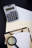 Taschenrechner mit Bürodokumenten Stockfotografie