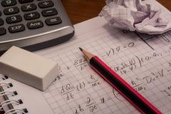 Taschenrechner mit Bleistift und Radiergummi Lizenzfreie Stockbilder