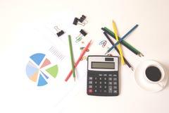 Taschenrechner mit bunten Bleistiften und Kaffee auf Schreibtisch stockfotografie