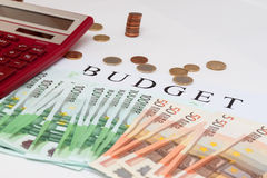 Taschenrechner mit Euroanmerkungen Loch-gerittener Leinwandsack mit verschütteten Münzen Lizenzfreies Stockbild