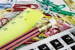 Taschenrechner mit farbigen Büroklammern Stockbild