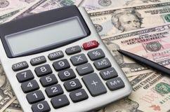 Taschenrechner mit Geld Lizenzfreies Stockfoto