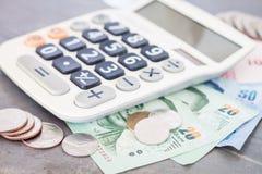 Taschenrechner mit Geld auf grauem Hintergrund Lizenzfreies Stockfoto