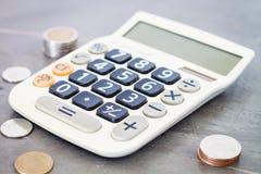Taschenrechner mit Geld auf grauem Hintergrund Stockfoto