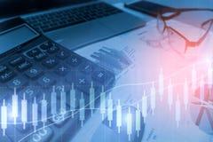 Taschenrechner mit Geschäftsdiagramm- und -diagrammbericht Lizenzfreie Stockfotografie