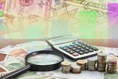 Taschenrechner mit Münze und Lupe auf Geldbanknoten Eur Stockbild