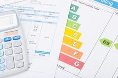 Taschenrechner mit Stromrechnungs- und Energiebewertungsdiagramm Lizenzfreie Stockbilder
