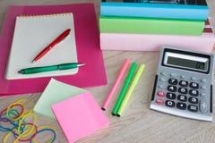 Taschenrechner, Notizbuch, Markierungen und Büroartikel, Geschäftszubehör auf Tabelle Lizenzfreies Stockbild