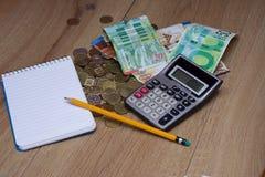 Taschenrechner, Notizbuch und Bleistift für berechnen Stockbild