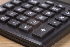 Taschenrechner plus Schlüssel und nahes hohes der Tastatur Stockfotos
