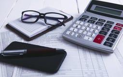 Taschenrechner Smartphone-Glasdokumente lizenzfreies stockfoto