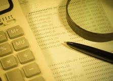 Taschenrechner, Stift und Geschäftsbalance Stockbild