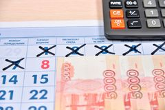 Taschenrechner und Banknoten von fünf tausend Rubeln sind auf dem cale Lizenzfreies Stockfoto