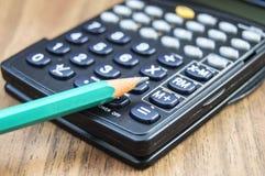 Taschenrechner und Bleistift Lizenzfreies Stockfoto