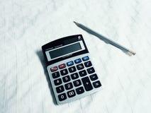 Taschenrechner und Bleistift Lizenzfreies Stockbild
