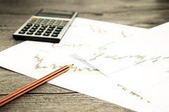Taschenrechner und Bleistift auf graffica, das Dow Jones auf Devisen vermarkten stockfotos