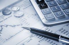 Taschenrechner und Diagramm Stockbilder
