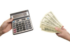 Taschenrechner und 500 Dollar in den Händen Lizenzfreie Stockfotos