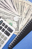 Taschenrechner und Geld lizenzfreies stockbild