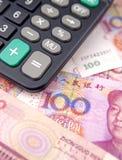 Taschenrechner und Geld Stockbilder