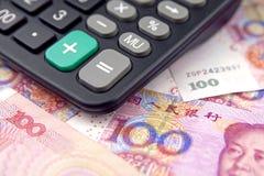 Taschenrechner und Geld Stockfotos