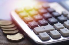 Taschenrechner und Geld auf hölzerner Tabelle Lizenzfreie Stockfotografie
