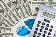 Taschenrechner und Geld liegen auf Diagramm, Abschluss oben Lizenzfreies Stockfoto