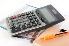 Taschenrechner und Geld thailändisch Lizenzfreies Stockfoto