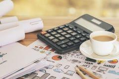 Taschenrechner und Kaffee auf Skizze Lizenzfreies Stockbild