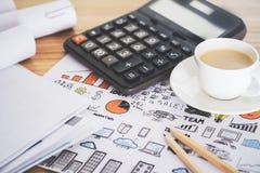 Taschenrechner- und Kaffeekonzept Stockbild
