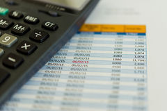 Taschenrechner und Kostenaufstellung Stockfoto