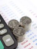 Taschenrechner und Münzen Stockbild