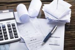 Taschenrechner und Pen On Receipt lizenzfreie stockfotos