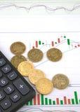 Taschenrechner und Stapel Münzen Lizenzfreie Stockfotografie