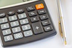 Taschenrechner und Stift Stockfoto