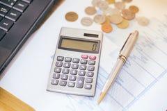 Taschenrechner und Stift auf einem Papier mit Diagramm flacher DOF Lizenzfreie Stockbilder