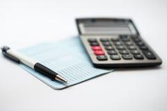 Taschenrechner und Stift- und Fokussparbuchbank Lizenzfreies Stockbild