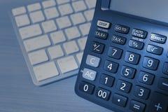 Taschenrechner und Tastatur stockfoto