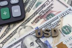Taschenrechner und US-Dollar Rechnungen Stockbild