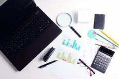 Taschenrechner und verschiedene Dokumente, Stift, Gläser, Draufsicht Stockbild