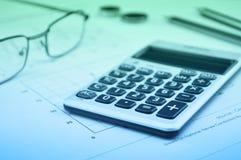 Taschenrechnerknopf plus, Gläser prägen Bleistift und Maus auf Diagramm p Lizenzfreie Stockbilder